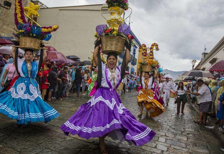 Chias poblanas participaron en el baile de la Guelaguetza, que reúne a etnias indígenas en Oaxaca. (Notimex)