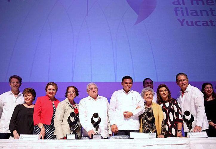 Fotografía oficial de los ganadores del Mérito Filantrópico Yucatán 2014. (yucatan.gob.mx)