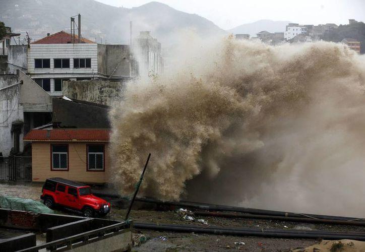 Fuerte oleaje que golpea una carretera costera en China al paso de un tifón. (Archivo/EFE)