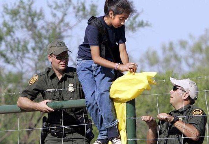 Cifras oficiales del Departamento de Seguridad Interna (DHS) documentaron que 71 mil 240 de estos menores fueron detenidos por la Patrulla Fronteriza. (Archivo/AP)