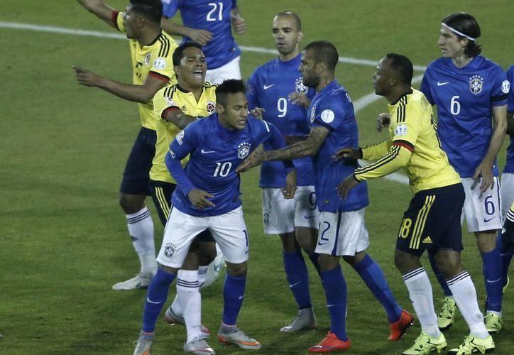 Neymar confeso que si espero al árbitro al termino del juego de Copa América, pero solo para pedir una explicación de su expulsión. (AP)