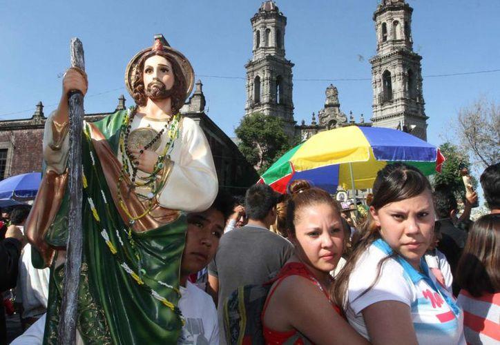 Según la encuesta Pew, quienes cambian de religión buscan una iglesia que ayude más a sus miembros. En la imagen, católicos en el día de San Judas, en la ciudad de México, el pasado 28 de octubre. (Archivo/Notimex)