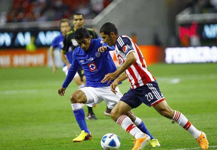 Cruz Azul fue muy superior a Chivas y lo derrotó 2-0 en el Omnilife.<i>La Máquina</i> es líder general del torneo. (Notimex)