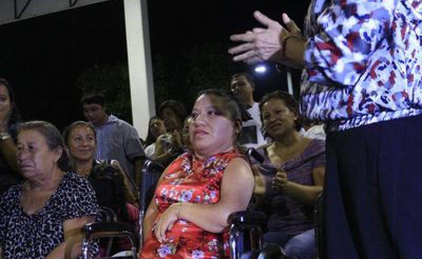 Carmen Dolores Várguez Escobedo es un ejemplo de tesón y fortaleza ha demostrado que su discapacidad no es impedimento para alcanzar metas y salir adelante. (Harold Alcocer/SIPSE)