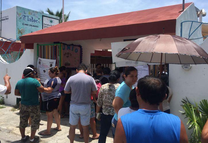 Los votantes soportan el intenso calor con tal de ejercer su voto. (Eva Murillo/SIPSE)