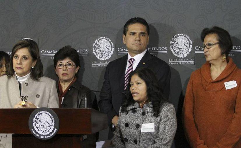 Marcelina Bautista, secretaria general de la Conlactraho (c), acompañada de los legisladores Martha Lucía Micher y Silvano Aureoles, en la Cámara de Diputados. (Notimex)