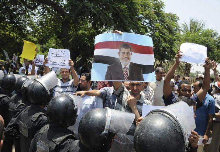 Simpatizantes de Mohamed Mursi se manifiestan a las afueras del Tribunal Constitucional Supremo en El Cairo. (EFE)