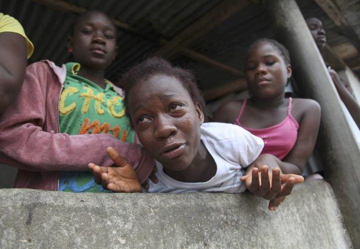 Una mujer llora por el fallecimiento de un familiar debido al virus del ébola en Monrovia, Liberia. (EFE)