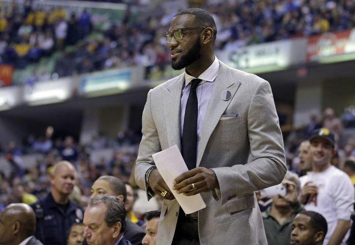 Al igual que LeBron James, otros astros de la NBA como Michael Jordan y 'Magic' Johnson han donado para una muestra sobre Muhammad Alí. (AP/Michael Conroy)