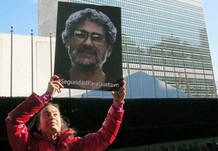 Imagen de archivo de una mujer sosteniendo la foto del activista Gustavo Castro en la puerta de la ONU. Exigía la salida del mexicano de Honduras. (Archivo/Notimex)