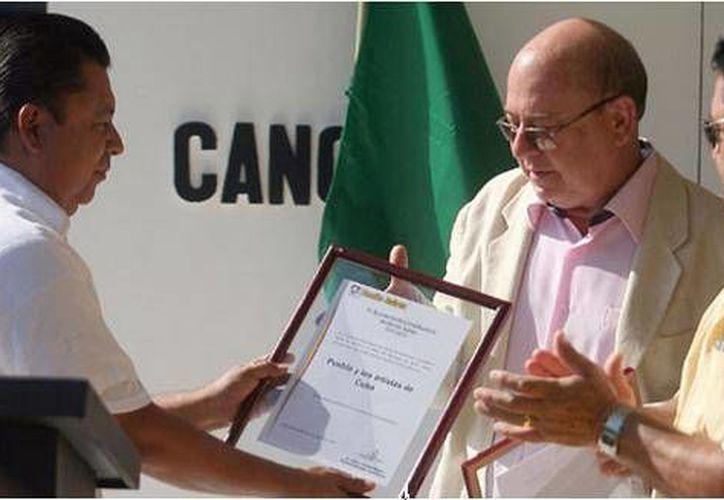Alejandro Ramos Hernández entregó el reconocimiento a Miguel Barnet Lanza. (Cortesía/SIPSE)