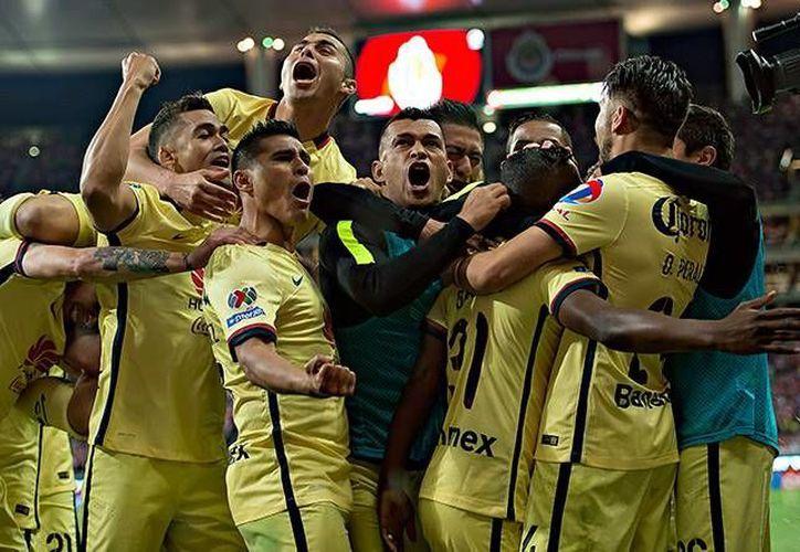 La edición 220 del Clásico Nacional fue para el América, que sigue manteniendo su dominio sobre Chivas en el Omnilife ya que nunca ha sufrido una derrota en este recinto. (Imágenes/ Mexsport)