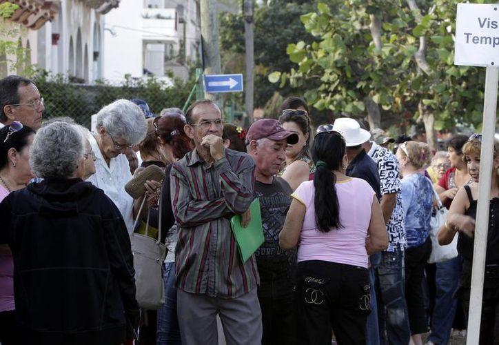 Largas filas para tramitar el pasaporte en Cuba. (Agencias)