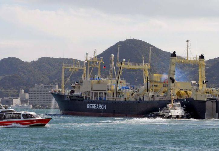 Fotografía facilitada por la organización ecologista Greenpeace del buque nodriza de la flota ballenera japonesa, el Nisshin Maru. (EFE)