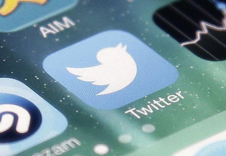 Imagen del icono de la aplicación de Twitter en un iPhone. El servicio de mensajería indica que se eliminó el icono de la estrella encontrado en cada tweet y reemplazado con un corazón.  (AP Photo/Marcio José Sánchez, Archivo)