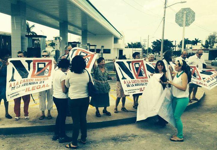 Vecinos de la colonia México protestan contra la autorización a la instalación de la gasolinera en esa esquina de las avenidas 21 por 14; denuncian corrupción. (Sergio Grosjean/SIPSE).