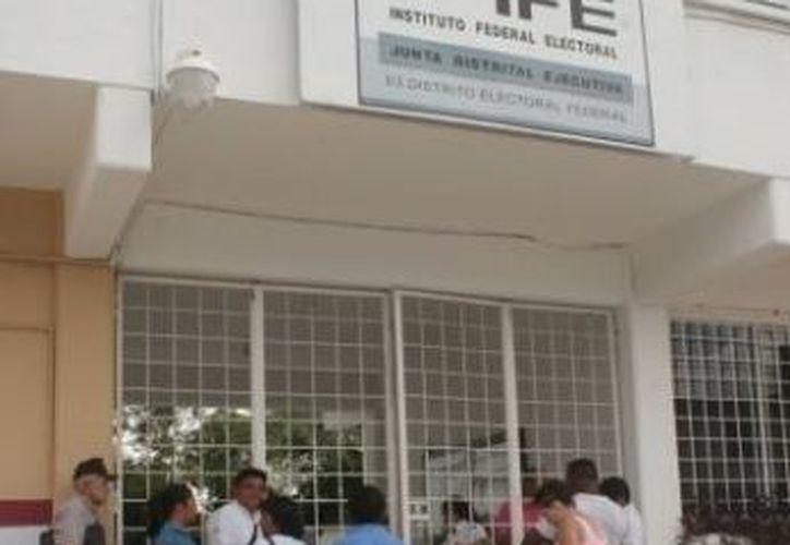 Durante un recorrido por varios módulos del IFE se pudo constatar, la espera de los ciudadanos para realizar la gestión. (Redacción/SIPSE)