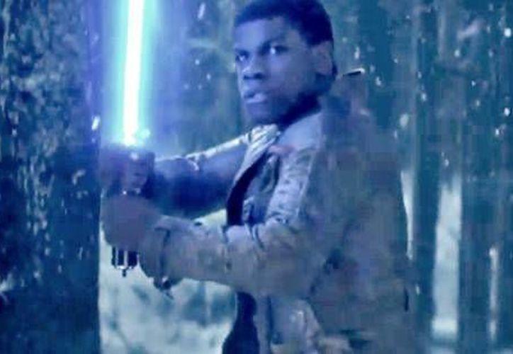 John Boyega interpreta a Finn en una escena de The Force Awakens (El despertar de la Fuerza), séptimo filme de Star Wars (La Guerra de las Galaxias), que se estrenará en diciembre próximo. (Youtube)