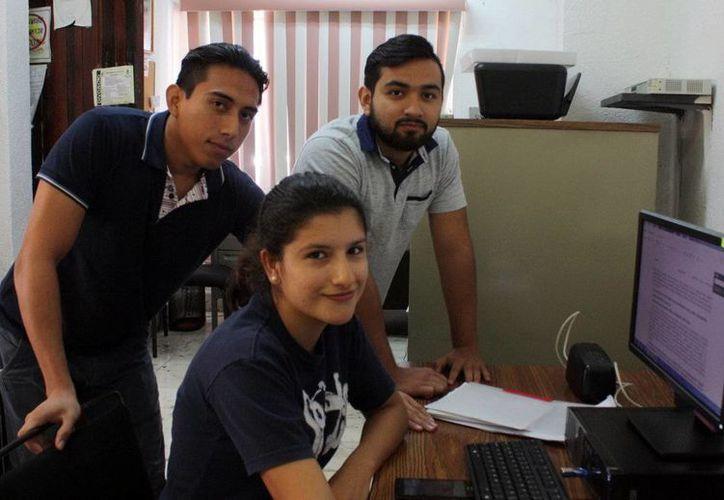 Imagen de los estudiantes que colaboran en el Bufete de la Uady. (Milenio Novedades)