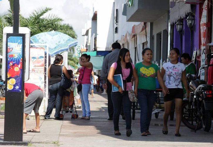Los negocios invertirán entre 150 y 300 pesos, para instalar materiales alusivos a la algarabía del carnaval. (Enrique Mena/SIPSE)