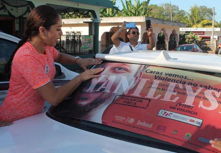 Calcomanías contra la violencia hacia las mujeres fueron colocadas en muchos vehículos. (Redacción/SIPSE)