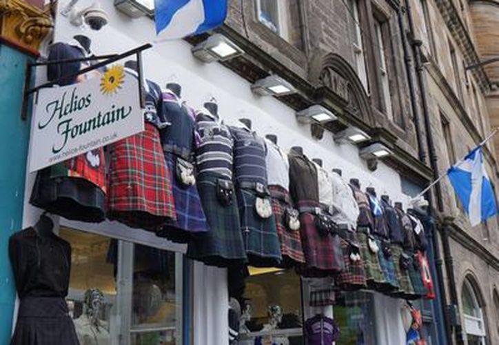 En algunos comercios ondean banderas escocesas con el 'Yes' a la independencia de Reino Unido. Mañana 18 de septiembre es el referéndum. (Foto: Notimex)