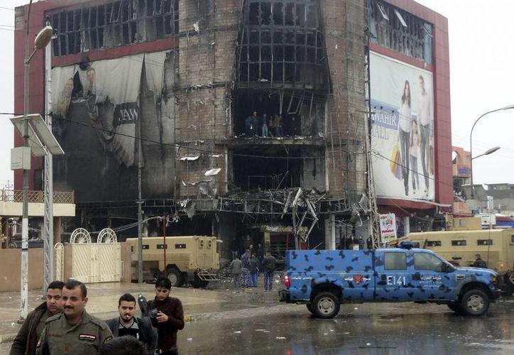 Agentes de policía inspeccionan el lugar donde se ha producido una ola de ataques, en Kirkuk, Irak. (Archivo/EFE)