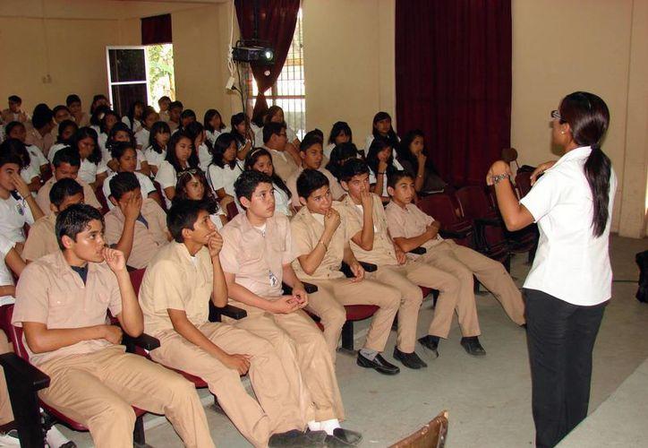 La psicóloga Luz González, de la FGE, ayudó a los jóvenes a identificar conductas problemáticas antes de que sean víctimas de ellas. (Cortesía)