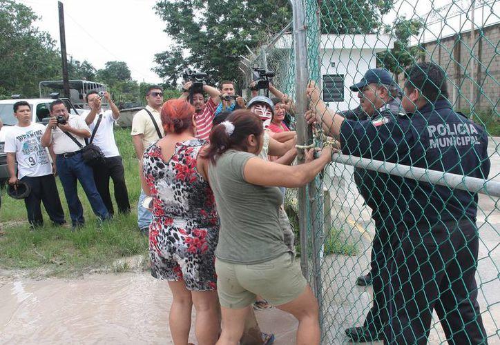 Familiares que pedían información sobre los reos intentaron derribar la reja. (Julián Miranda/SIPSE)