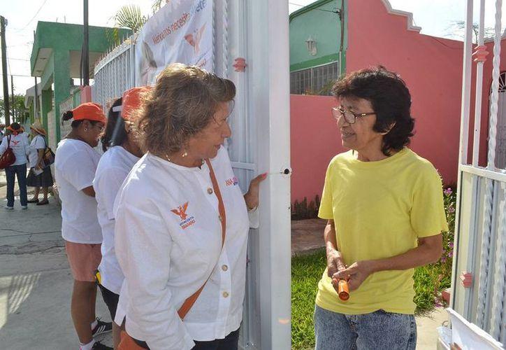 Ana Rosa Payán Cervera, candidata de Movimiento Ciudadano, durante su recorrido por la colonia Obrera, en el sur de Mérida. (SIPSE)