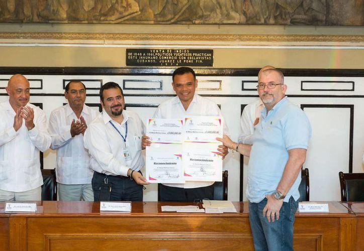 El gobernador Rolando Zapata Bello entrega recursos a representantes del ITM, la Uady, el CICY y el Cinvestav. (SIPSE)