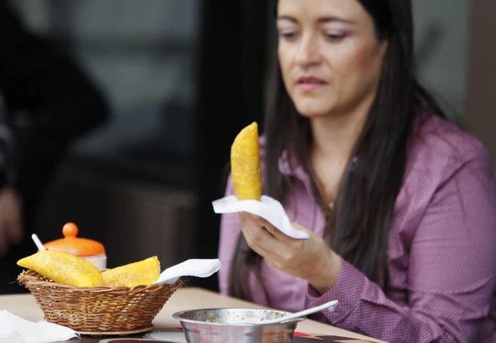 Solamente en Colombia se consumen diez  millones de empanadas diariamente, productos tradicionalmente hechos a mano. (EFE)