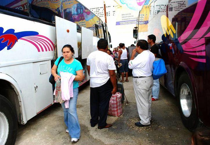 Empresas de transporte de segunda clase de Cancún elevan sus tarifas en temporada vacacional. (Tomás Álvarez/SIPSE)