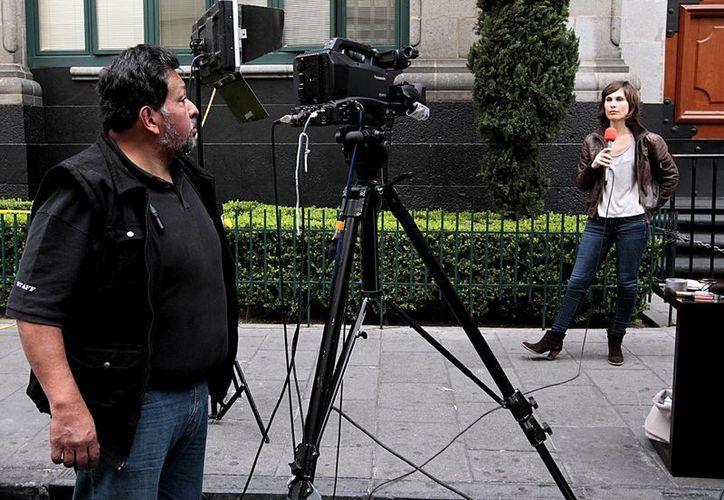Para que un periodista ejerza bien su labor, debe de estar armado de una buena educación. (Notimex)