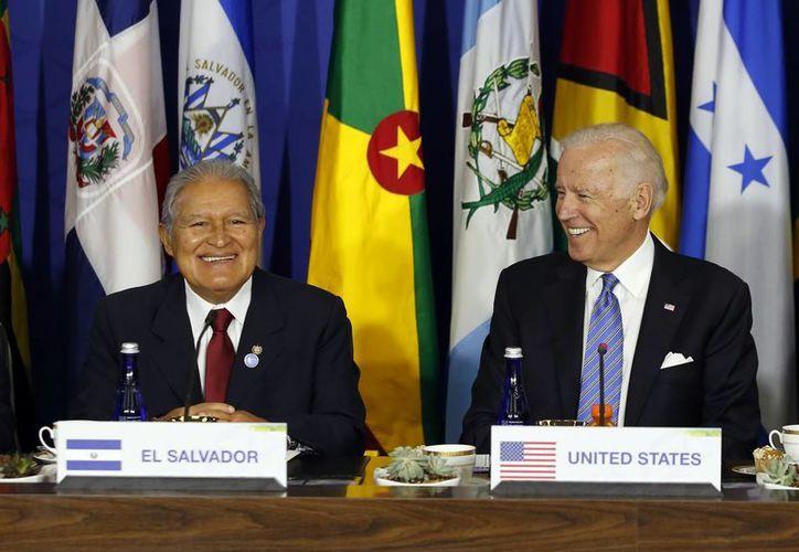 El presidente de El Salvador, Salvador Sánchez Cerén (i), quien en la foto aparece con Joe Biden, vicepresidente de EU, dijo no reconocer el nuevo gobierno de Brasil, encabezado por Michel Temer. (AP)