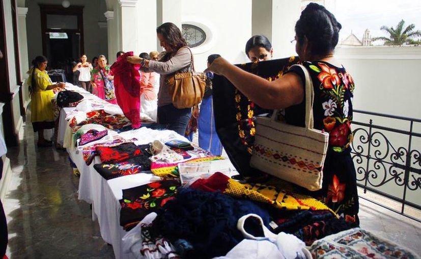 Muestra de textiles oaxaqueños en el marco del Festival Internacional de la Cultura Maya. (Juan Carlos Albornoz/Milenio Novedades)