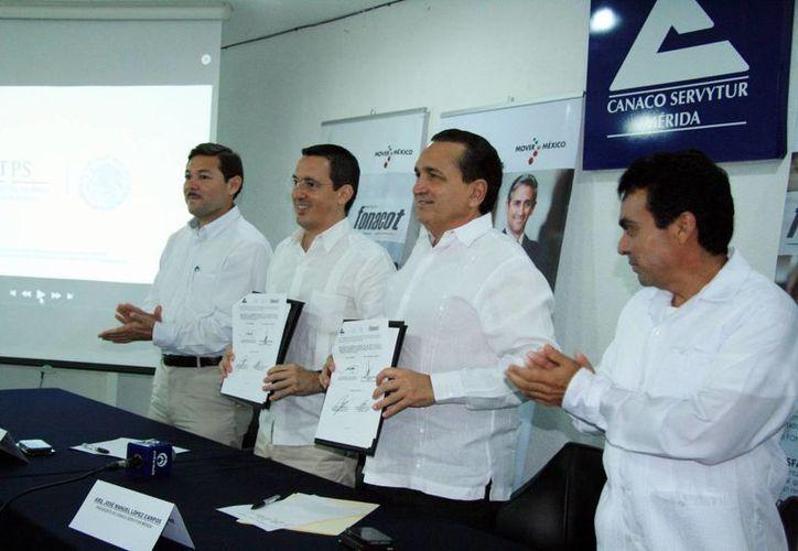 Imagen de la firma de convenio entre la Canacome y el Infonacot, para incentivar y promover a las empresas esta prestación. (Milenio Novedades)