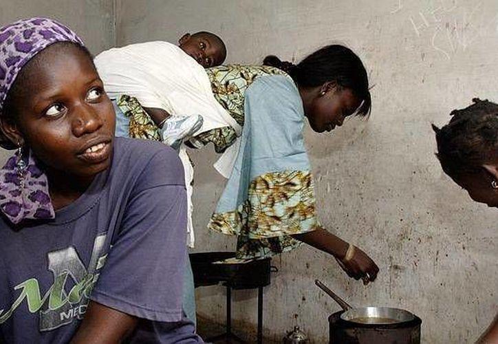 En África es común la práctica de contraer matrimonio con niñas, generalmente para pagar deudas familiares, mantenerlas libres de pecado o por tradición. Lo que incrementa la violencia, pobreza y el riesgo de contraer VIH en las menores, de acuerdo a la UNICEF. (Archivo AP)