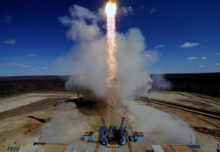 Un cohete ruso Soyuz 2.1 cargado con satélites Lomonosov, Aist-2D y SamSat-218 despega de su plataforma de lanzamiento en el nuevo Cosmódromo de Vostochny a las afueras de la ciudad de Uglegorsk. (Agencias)