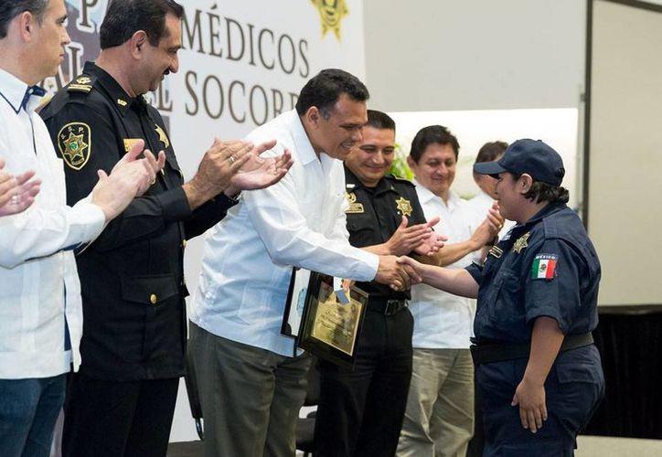El Gobierno entregó reconocimientos en el Día del Socorrorista a quienes llevan entre 10 y 25 años de servicio en esa labor. (Cortesía)