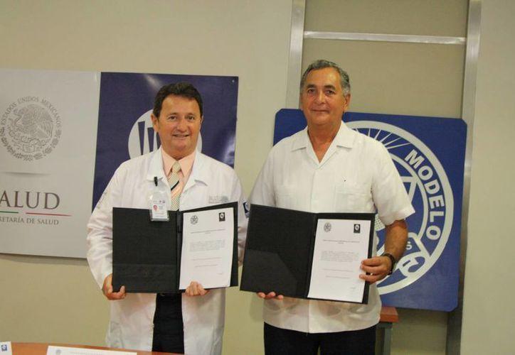 El Dr. Rafael Antonio Barrera Zoreda, director del Hraepy,  y el rector de la Universidad Modelo, Ing. Carlos Sauri Duch, con el documento que avala el convenio de colaboración. (SIPSE)