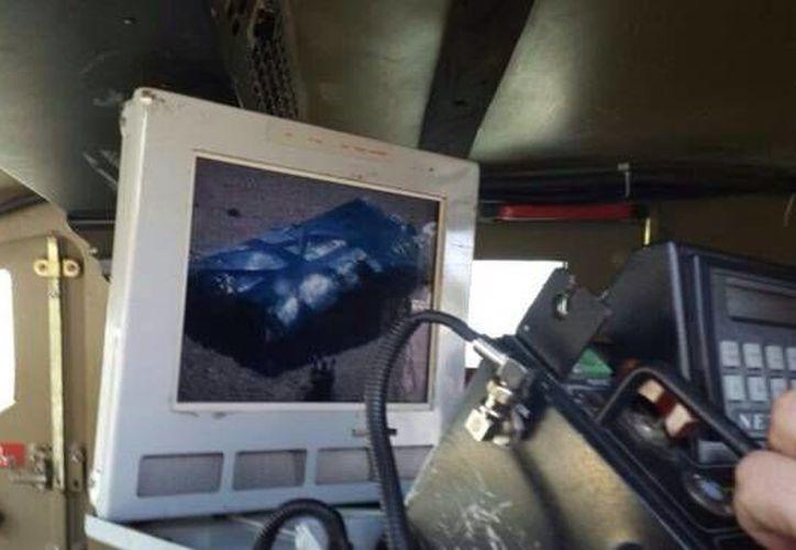Imagen en la que se observa a un robot desactivar los explosivos del cinturón que portaba un palestino cuando fue interceptado en el cruce de Tapuah. (elmundo.es)