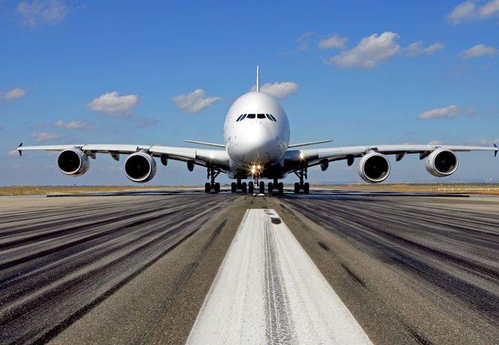 La cantidad de vuelos que llega a Quintana Roo preocupa a experto, que impartió una conferencia. (Redacción)