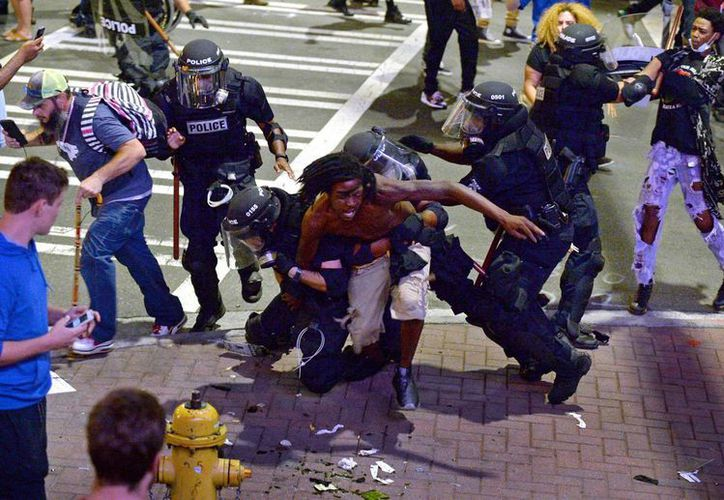 Varios hombres son detenidos por la policía durante los disturbios en Charlotte, Carolina del norte, el martes 20 de septiembre de 2016. (Jeff Siner/The Charlotte Observer via AP)