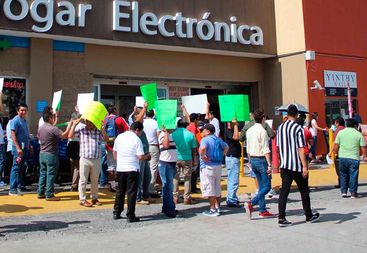 Un grupo de agremiados de la CROC se unió a la protesta para pedir mejoras laborales. (Paola Chiomante/SIPSE)