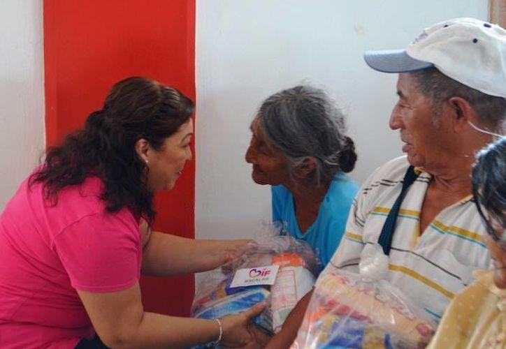 Ileana Cervera de Flota, presidenta del DIF municipal, en gira de trabajo. (Omar Capistrán/SIPSE)