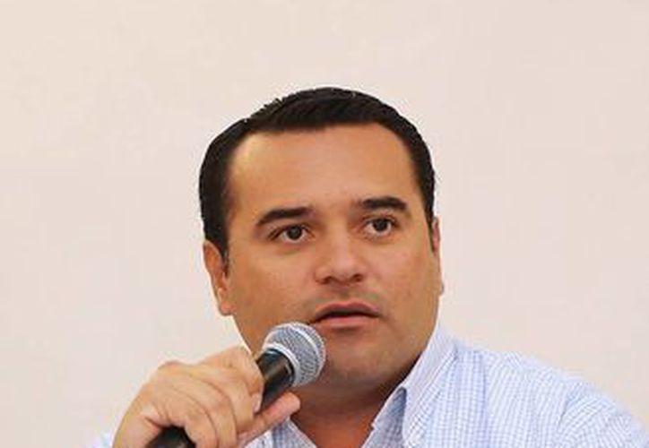 Renán Barrera informó que involucrará a colegios y agrupaciones civiles en la compra de luminarias. (Milenio Novedades)