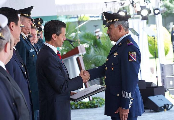 Peña Nieto entregó reconocimientos a 19 comandantes del Ejército, la Marina y la Fuerza Aérea Mexicana. (presidencia.gob.mx)