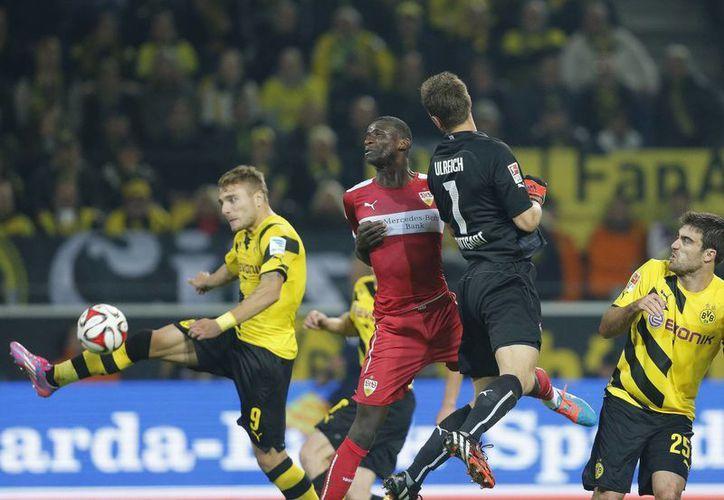 Ciro Immobile (i) fue el 'héroe' del Borussia Dortmund al anotar ante el local Sttutgart en partido de la Liga de Alemania. (Foto: AP)
