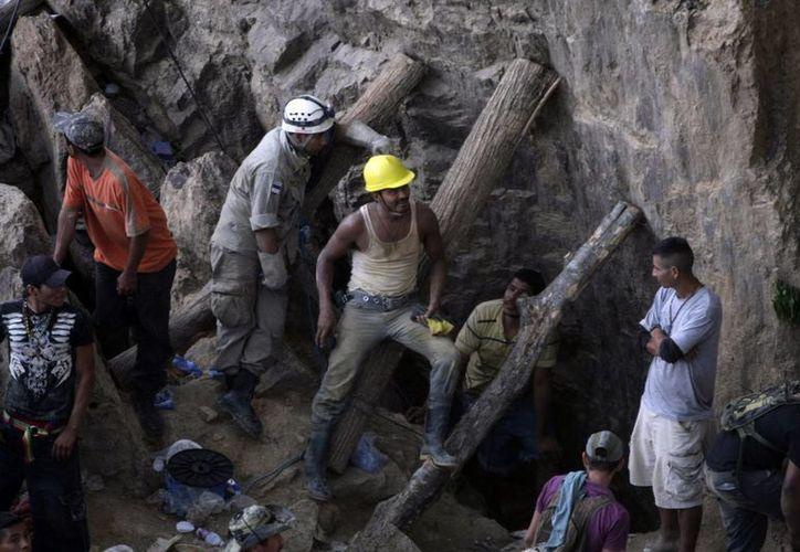 Se ignora el estado de salud de los mineros que se encuentran todavía bajo tierra. (AP)
